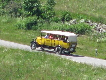Historisches Postauto unterwegs