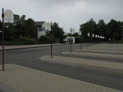Bevor man Geld mit Bussen verdienen kann, müssen sie erst mal fahren: Busbahnhof im Hunsrück (Deutschland).